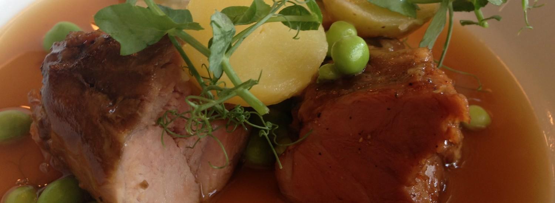 Stegt Svineskank, soya-ingefær-bouillon og ærteskud