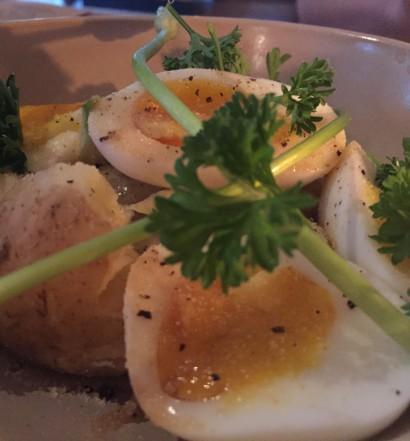 Smilende æg med samsø kartofler og hvide asparges