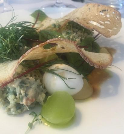 Salat af taskekrabbe med avokado, dild, saltet agurker, crouton og krabbebisque